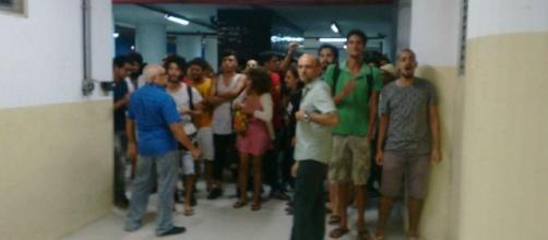 Grupo de esquerda tenta impedir saída de espectadores do filme de Olavo de Carvalho