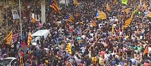 I cittadini festeggiano in piazza dopo il sì all'indipendenza