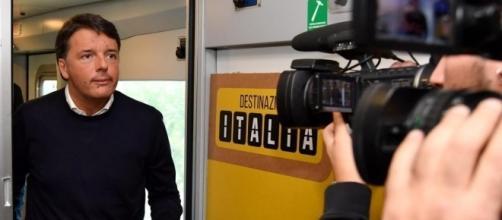 Matteo Renzi e il suo treno Destinazione Italia, fischiati e contestati