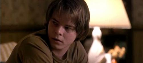 Actor Charlie Heaton was sent back to London after traces of cocaine were found. [Image Credit: TvSeriesandShips/YouTube screencap]