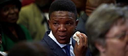 Victor Mlotshwa se emocionou no tribunal