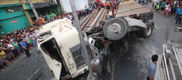 Caminhão causa acidente em rua movimentada