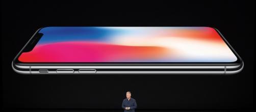 Un'immagine di iPhone X dal keynote della presentazione di Apple