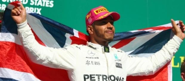 Lewis Hamilton se sube a lo más alto del podium