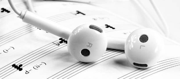 Music streaming has killed individual album sales. [Image via Pixabay]