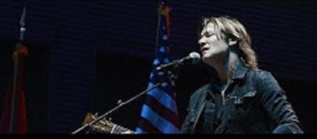 Keith Urban was just one of the performers who showed the healing power of music in Nashville's vigill. [Image via Celeb Magazine/YouTube]
