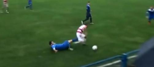 Jogador recebe chute entre as pernas durante partida de futebol