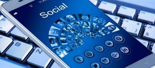 Image of cell phone, social networks. (Image via Geralt/Pixabay)