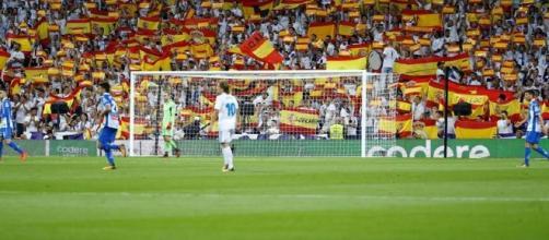 Miles de banderas españolas ondearon en las tribunas del Santiago Bernabéu durante el Real Madrid-Espanyol