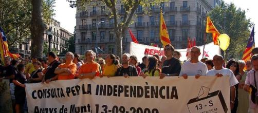 Mob protesting to cast their votes in independence referendum [Image via: Espiadimonis/Wikimedia Commons]