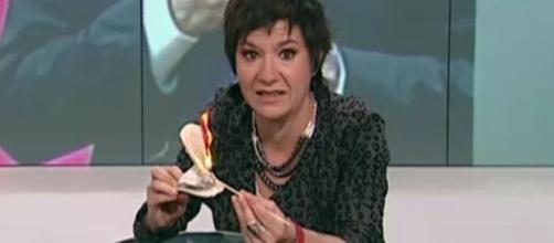 Una periodista de TV3 quema la Constitución Española en directo - lavanguardia.com