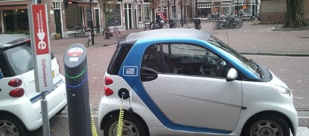 Charging an electric car (Image courtesy of Ludovico Hirlmann/Wikimedia)