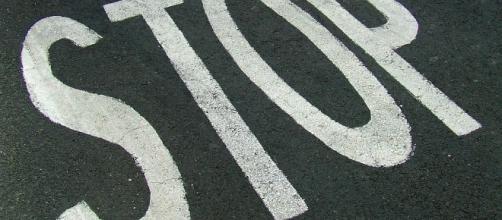 Il segnale dello stop sul manto stradale