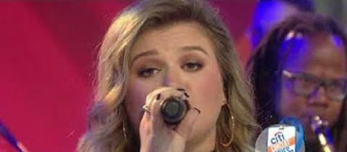 "Kelly Clarkson made a gift of her ""Meaning of Life"" performance on ""Today."" [Image via NARLtv /YouTube screencap]"