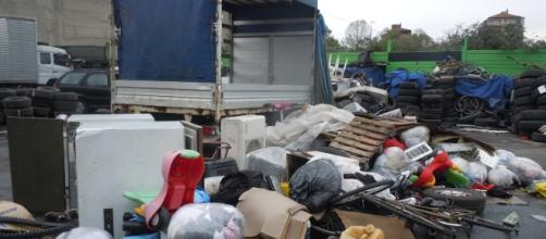Torino, una delle aree di stoccaggio dei veicoli e altro materiale destinato al centro Africa.