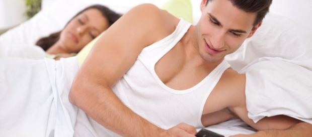 Não deixar o parceiro chegar perto do celular pode indicar uma traição