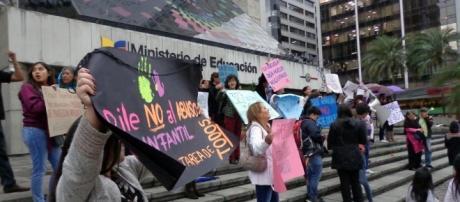 Protesta en los exteriores del Ministerio de Educación en Quito, Ecuador para exigir justicia ante tantos casos de abuso sexual.