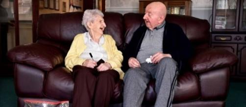 Ada Keating ao lado de seu filho mais velho Tom (Foto: Reprodução YouTube)