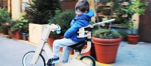 Il piccolo Lorenzo felice sulla sua bicicletta