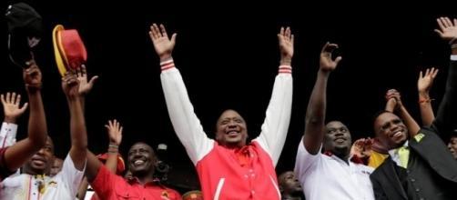 Uhuru Kenyatta esulta dopo l'esito delle elezioni.