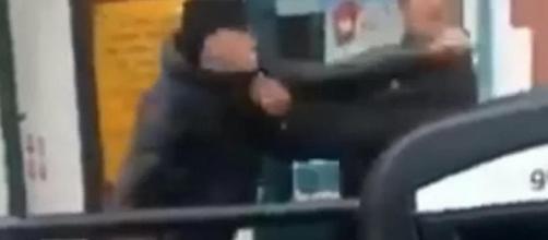 Il momento in cui un 16 enne inglese per 'gioco' ha sferrato un pugno a un passante scelto a caso provocandone la morte. Foto: Facebook.