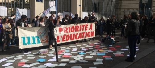 L'UNEF a réuni une cinquantaine d'étudiants sans affectation devant le ministère de l'Education Supérieur (4/10/2017 ©Camille Evangelista)