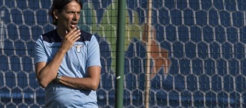 Simone Inzaghi osserva la squadra durante l'allenamento.