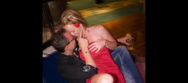 Una coppia si concede un momento di intimità in crociera