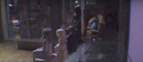 Estátua egípcia se vira até 180 graus ao longo do dia no Museu de Manchester na Inglaterra. Foto: Reprodução.