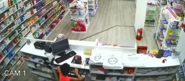 Imagem do garoto furtando o caixa da farmácia (Foto: Captura de vídeo)
