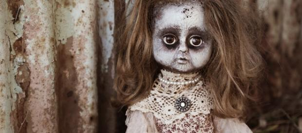 Ist diese Puppe verflucht? Die Besitzerin behauptet es steif und fest!
