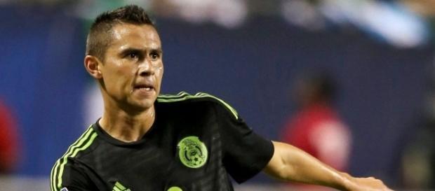 Paul Aguilar disputando un encuentro con la Selección Mexicana de Fútbol