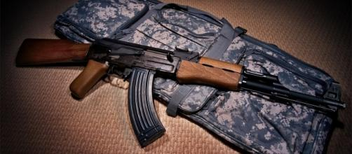 Arma apreendida na Rocinha é a mais usada no mundo (foto: Reprodução/E-Militar)