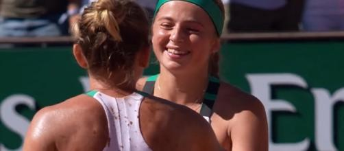 Ostapenko and Halep shaking hands at the of the 2017 French Open fiinal. [Image Credit: WTA/YouTube]