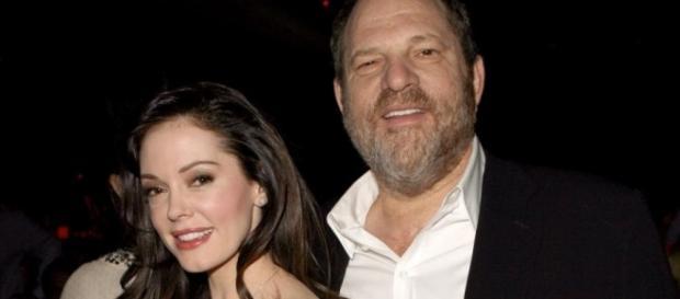 Harvey Weinstein e Rose McGowan durante un evento.