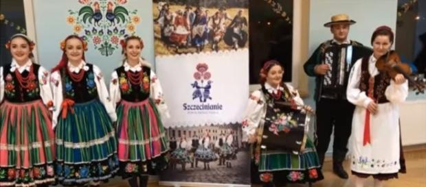 """Polki podczas wykonywania utworu """"Enojy the silence"""" (źródło: YouTube.pl)"""