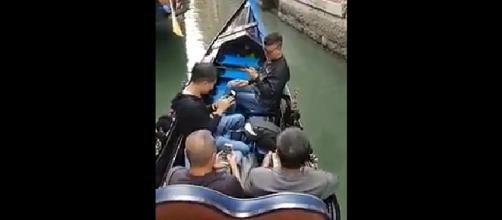 A gondolier in Venice despaired over his passengers, who spent the whole time looking at their phones [Image: Facebook video/Blogo]