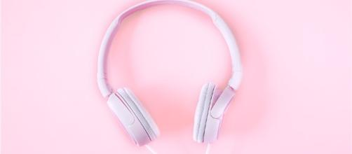 Headsets, music, pink background, player, beautiful- [whoalice-moore /Pixabay]