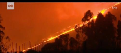 Os incêndios na Califórnia não param de se propagar e destruíram mais 68 mil hectares (Foto: Captura de imagem/CNN)