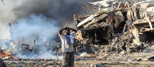 Un camion-bomba esplobe davanti all'Hotel Safari, a Mogadiscio