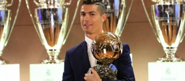 Cristiano Ronaldo subastó réplica del balón de oro que ganó en 2013 - merca20.com