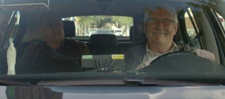 Merlí va en el taxi del señor Calixte, donde perderá su cartera y el segundo se la devolverá.