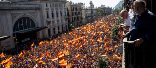 Multitudinaria manifestación por la unidad en el corazón de ... - rtve.es