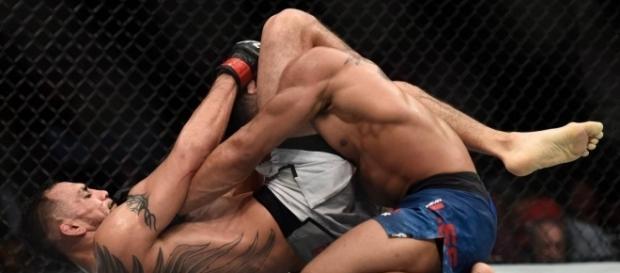Ferguson con un letal triangle choke, derrotó a Kevin Lee.