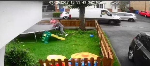 Pervertido tenta convencer crianças a irem até o veículo (Rechelle Haigh)