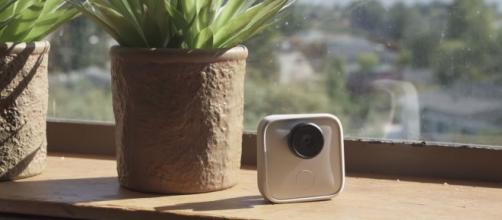 The new AI-powered camera called Google Clips. [Image Credit: The Verge/YouTube]