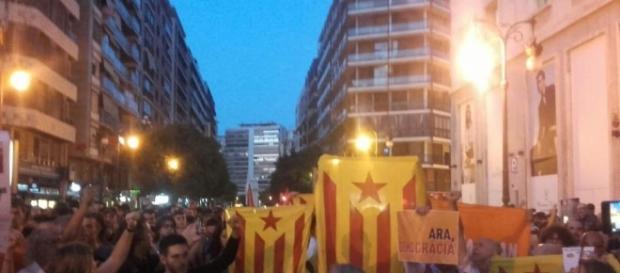 """Cientos de personas reivindican en València """"libertad y democracia ... - 20minutos.es"""