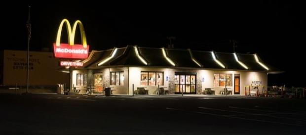McDonald's store at night. [Image Credit: Adam Kliczek/Wikimedia]