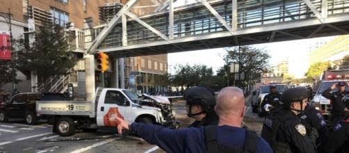 Ataque terrorista deixou oito mortos e diversos feridos em Nova York.