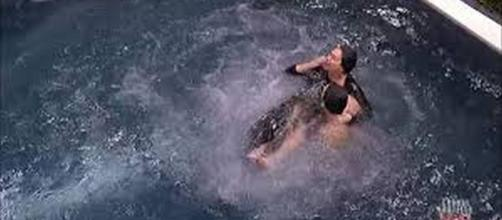 Corinne resta senza veli in piscina